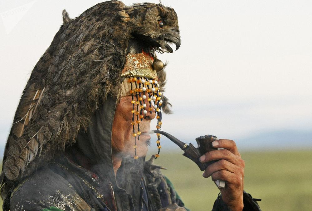 Szaman z Tuwińskiej Republiki Ludowej czeka na wschód słońca.