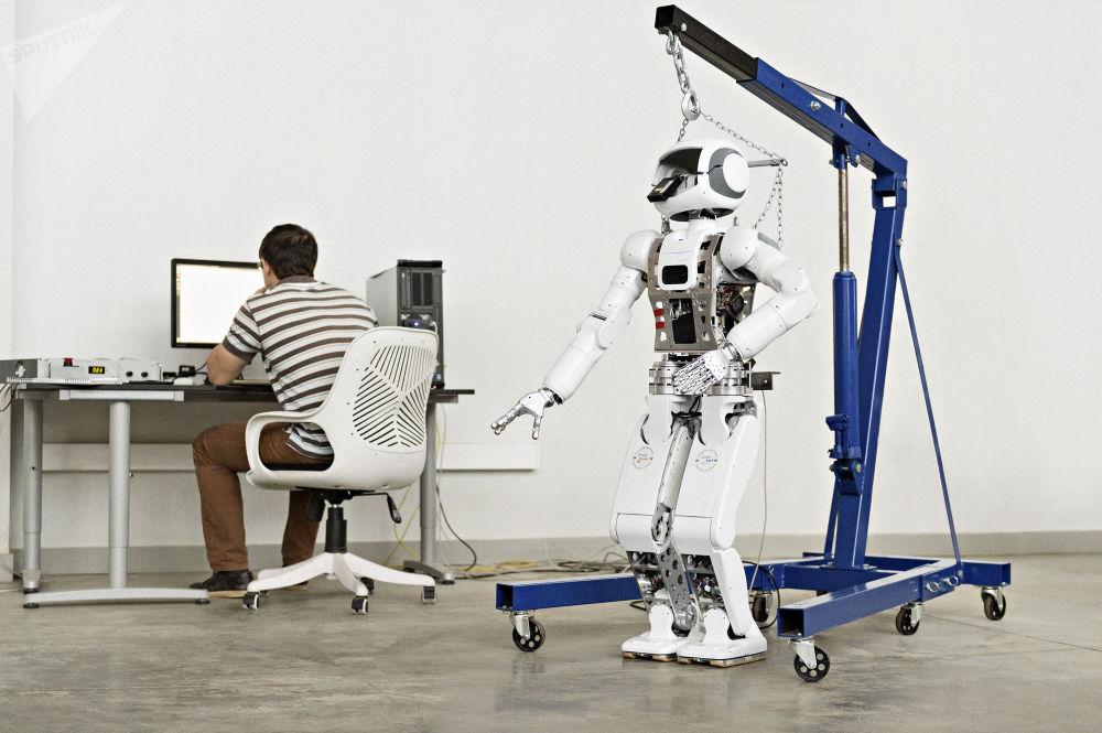 Specjalista uruchamia program pracy robota w laboratorium Uniwersytetu Innopolis.