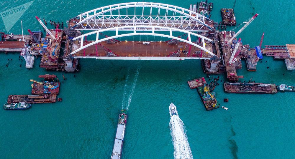 Widok na budowę Mostu Krymskiego w Cieśninie Kerczeńskiej