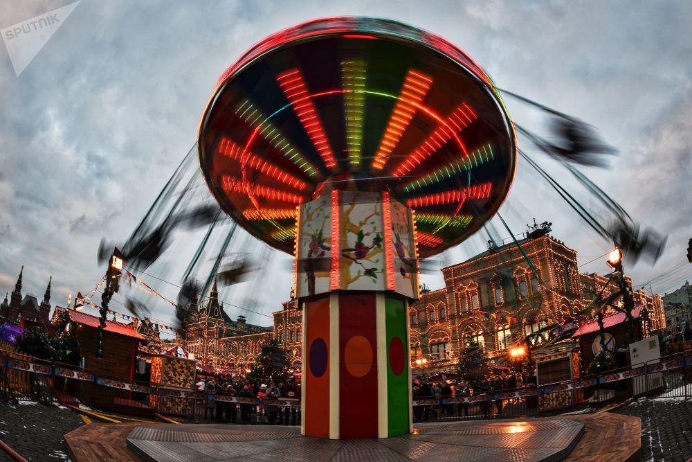Karuzela na Bożonarodzeniowym jarmarku na Placu Czerwonym