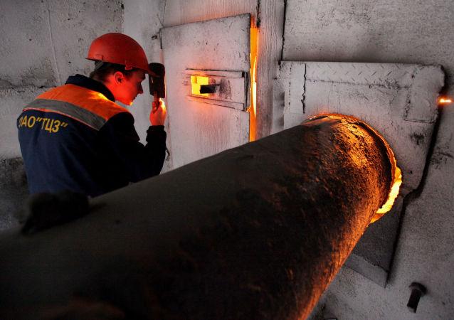 Pracownik fabryki cementu w miejscowości Tiepłooziorsk pod Birobidżanem