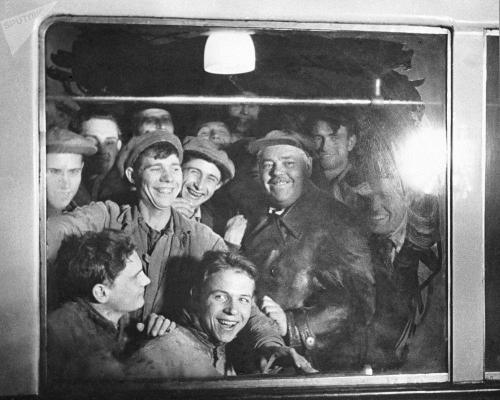 Budowniczy moskiewskiego metra byli jego pierwszymi pasażerami, 1935 rok