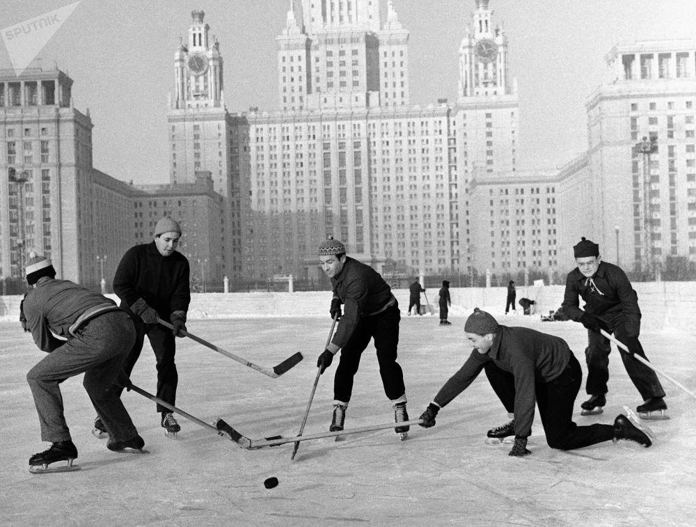 Studenci Moskiewskiego Uniwersytetu Państwowego grają w hokej, 1959 rok