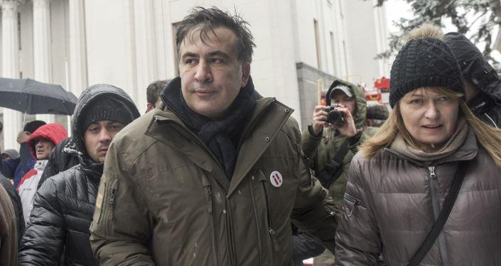 Były prezydent Gruzji Michaił Saakaszwili i jego żona Sandra Roelofs w czasie protestów przed Radą Najwyższą