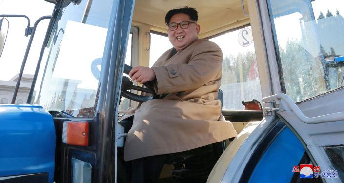 Przywódca Korei Północnej Kim Jong Un w zakładzie produkującym ciągniki w Korei Północnej