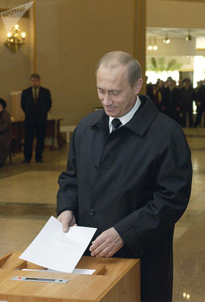 Prezydent Władimir Putin podczas głosowania w dzień wyborów prezydenta Federacji Rosyjskiej, 2004 rok