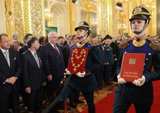 Specjalnie przygotowany egzemplarz oficjalnego tekstu Konstytucji Federacji Rosyjskiej 1993 roku i insygnia prezydenta Federacji Rosyjskiej na ceremonii oficjalnego objęcia stanowiska prezydenta Federacji Rosyjskiej Władimira Putina, 2012 rok