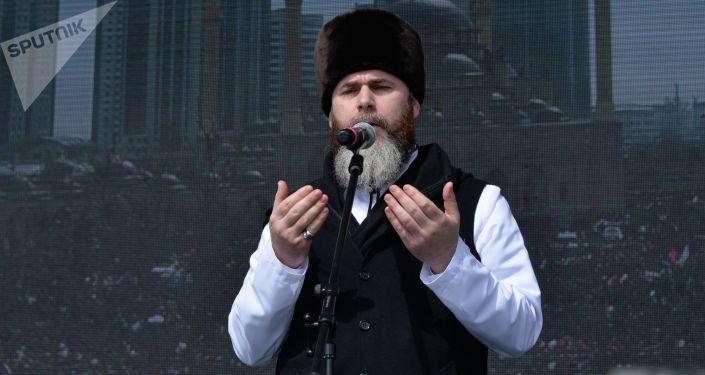 Mufti Czeczeńskiej Republiki Salah-Hadżi Meddżijew przemawia podczas obchodów Dnia Konstytucji Republiki Czeczeńskiej przed Centralnym Meczetem w Groznym