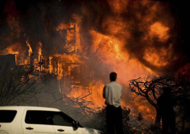 Płonący dom w Kalifornii