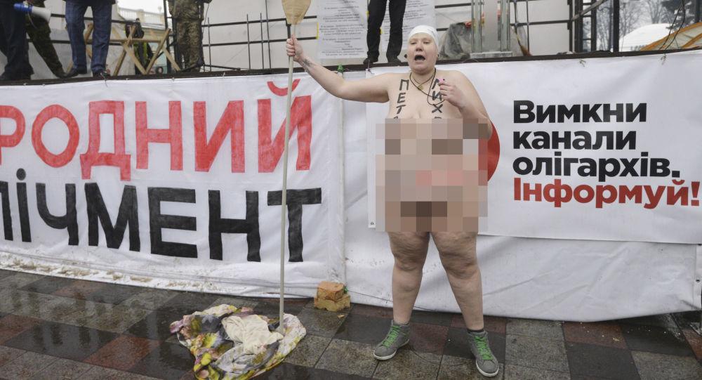 Aktywistka Femen podczas akcji pod Budynkiem Rady Najwyższej Ukrainy w Kijowie