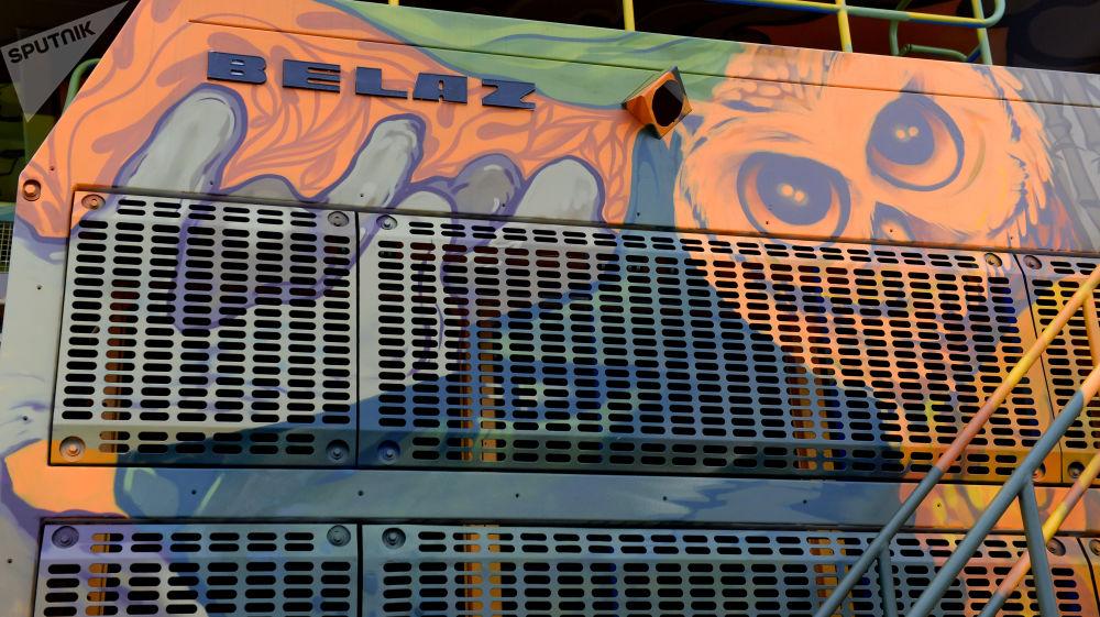 """Wywrotka BiełAZ 75310 pomalowana przez rosyjskich artystów z Krasnodaru w ramach projektu z okazji 70. rocznicy powstania holdingu """"BiełAZ HOLDING""""."""