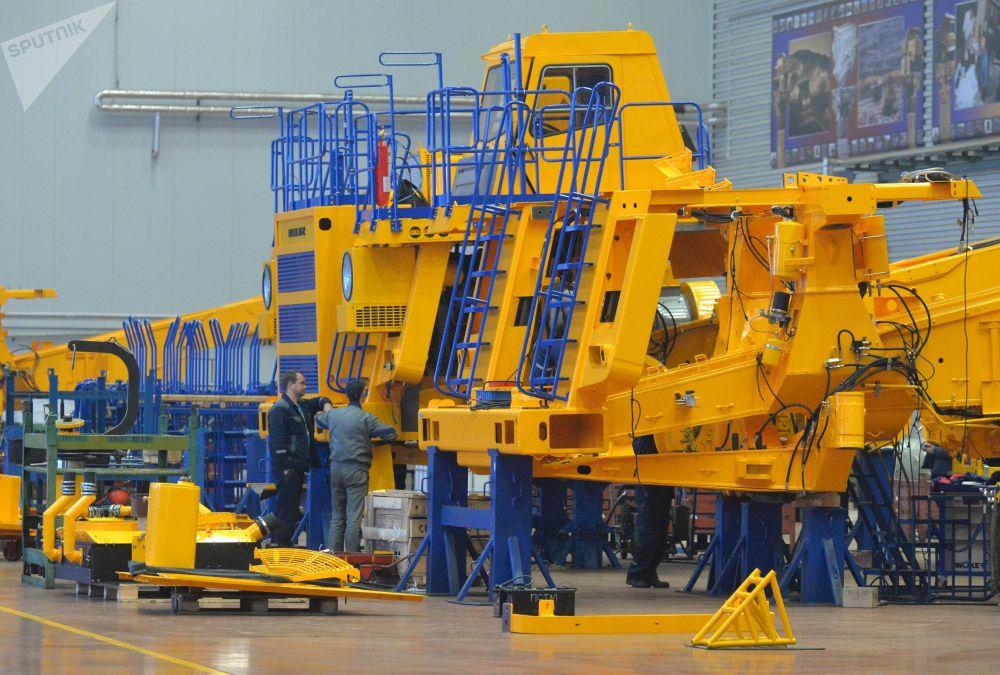 Produkcja wywrotek o dużej ładowności w Białoruskiej Fabryce Samochodów.