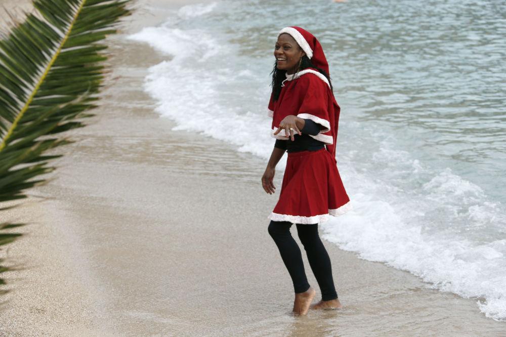 Dziewczyna w kostiumie Świętego Mikołaja w Monako