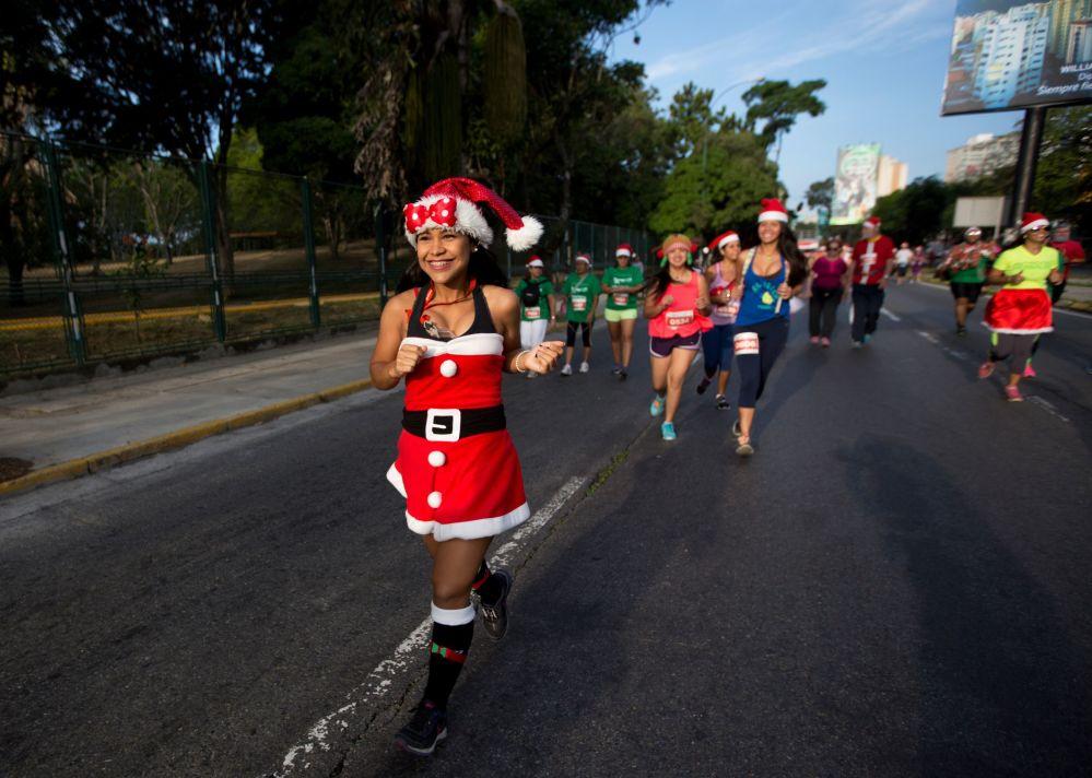 Uczestnicy wyścigów ubrani w kostiumy Świętego Mikołaja w Wenezueli