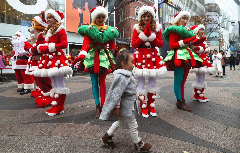 Dziewczyny w kostiumach Świętego Mikołaja w Seulu
