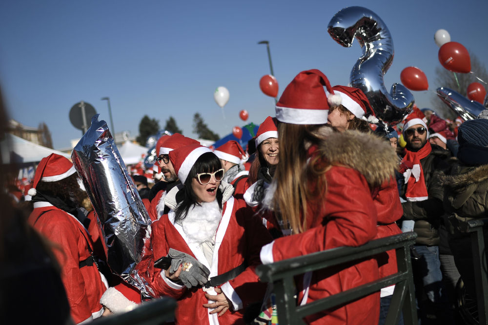 Ludzie w kostiumach Świetego Mikołaja we Włoszech