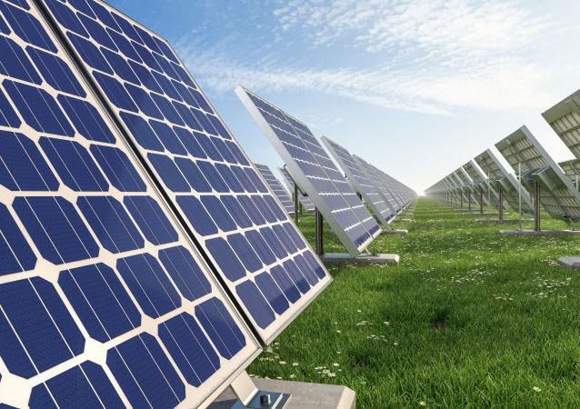 Baterie słoneczne na polu