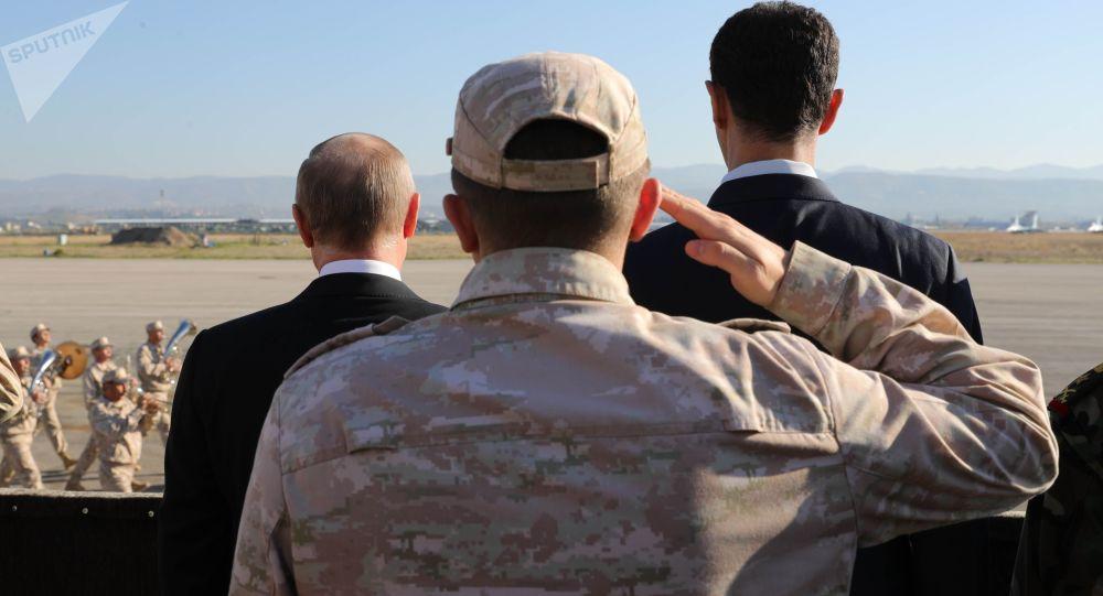 Władimir Putin i Baszar Asad na rosyjskiej bazie wojskowej w Hmeimim