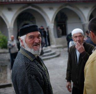 Tatarzy Krymscy przed meczetem w Bakczysaraju