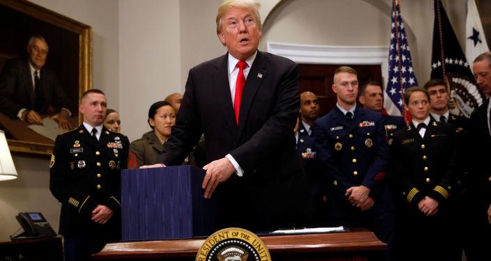 Prezydent USA Donald Trump po podpisaniu budżetu obronnego na rok 2018