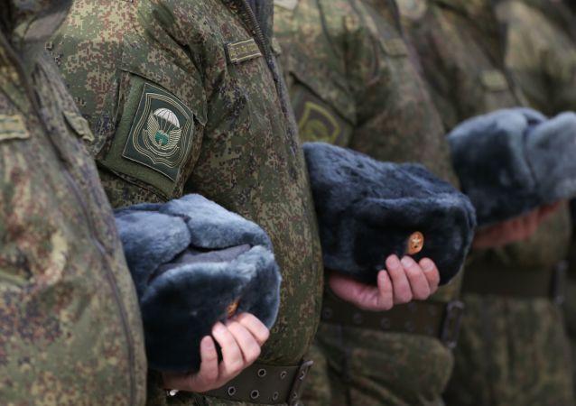 Żołnierze na ceremonii powitania rosyjskich medyków, którzy wrócili z Syrii