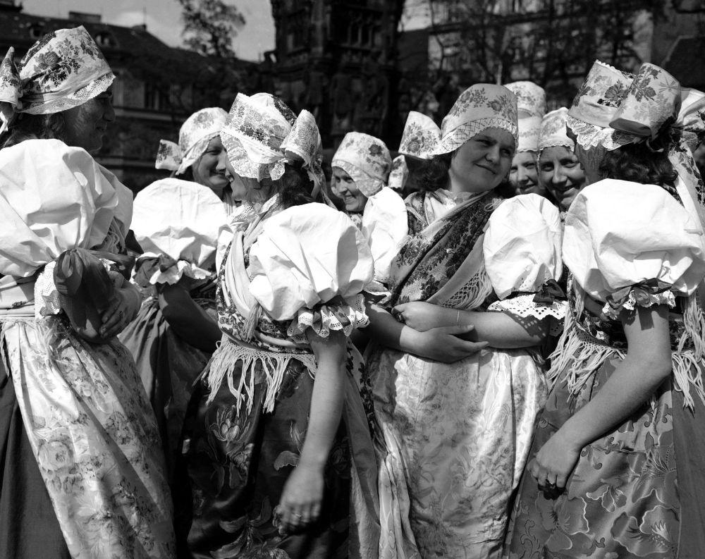 Dziewczyny w śląskich strojach podczas obchodów rocznicy wyzwolenia Pragi 8 maja 1946 roku.
