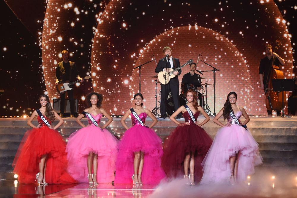 Piosenkarz Ed Sheeran podczas występu na konkursie piękności Miss Francji 2018