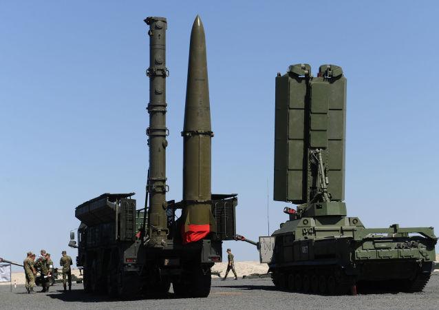 """System rakietowy S-400 """"Triumf"""" na poligonie """"Kadamowski"""" w obwodzie rostowskim podczas przygotowań do międzynarodowego forum wojskowo-technicznego """"Armia 2017"""""""