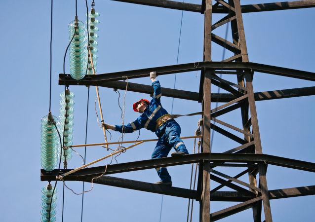 Montażysta przeprowadzający planowany remont linii wysokiego napięcia
