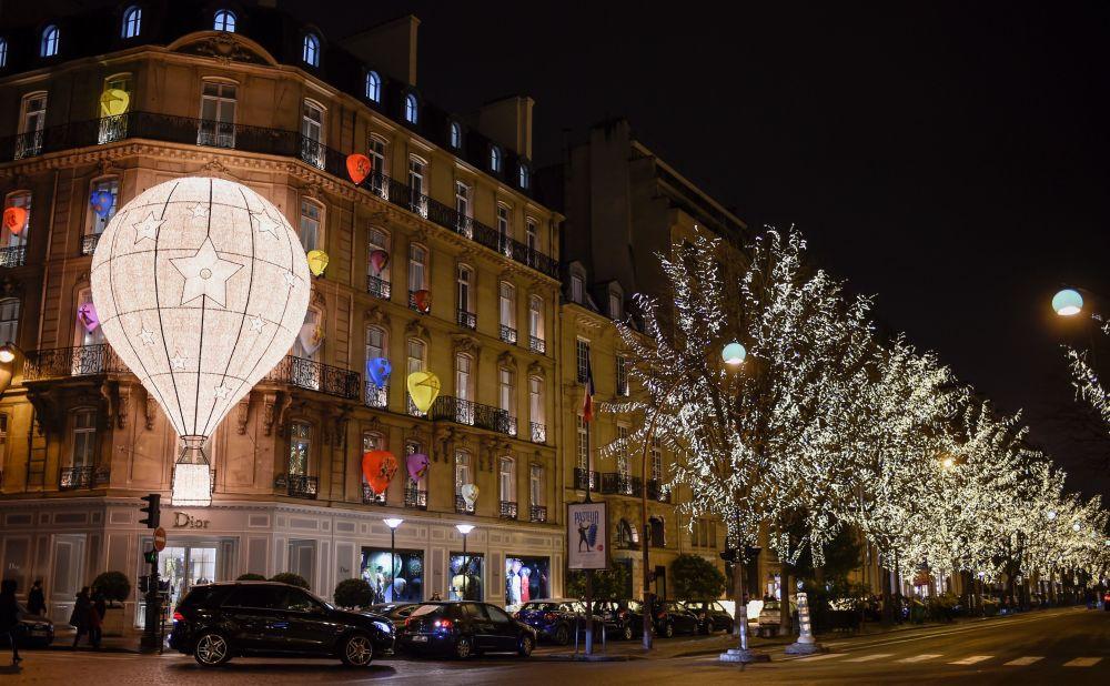 Świąteczne iluminacje domu mody Dior w Paryżu