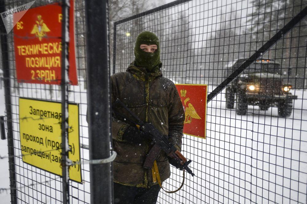 Żołnierz przy wejściu na teren jednostki wojskowej nr 03216, gdzie odbywały się ćwiczenia wojskowe z użyciem S-400 Triumf