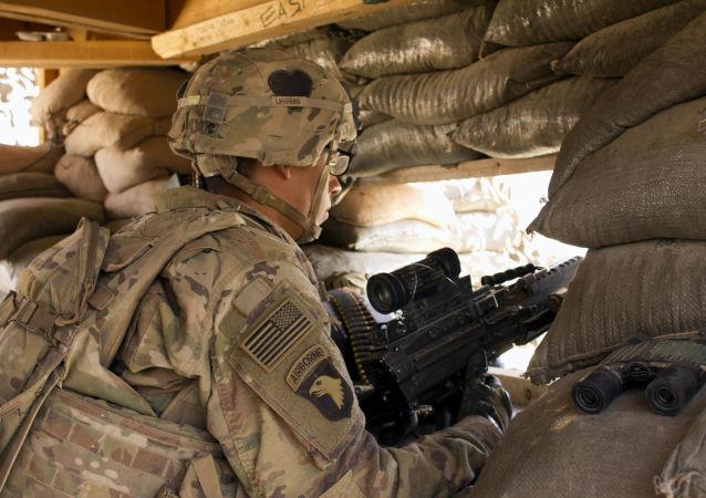 Amerykański żołnierz z bronią na pozycji
