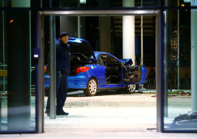 Samochód, który staranował centralę Socjaldemokratycznej Partii Niemiec (SPD)