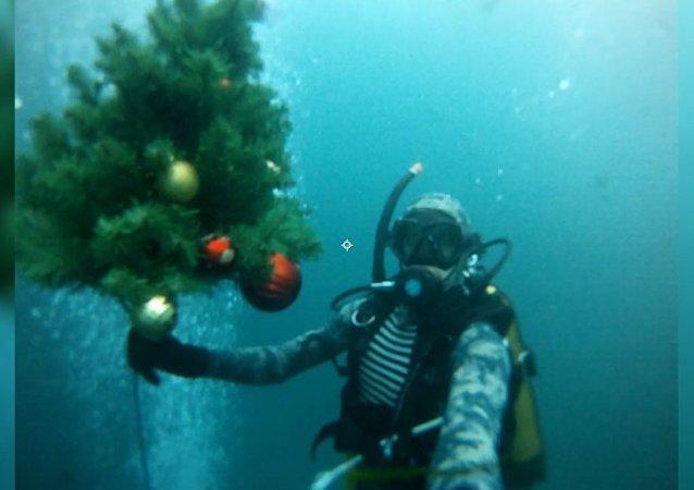 Tradycyjne zanurzenie choinki w jeziorze w Kazaniu