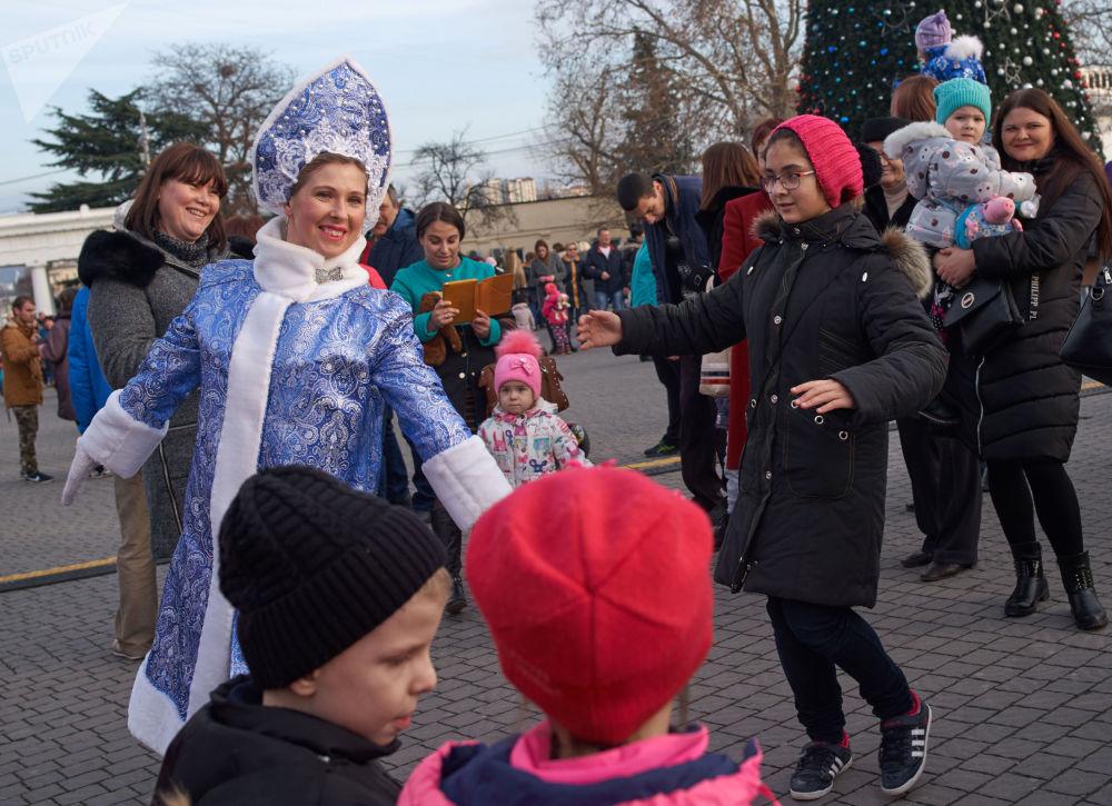 Rozpoczęcie świątecznej choinki dla dzieci w Sewastopolu