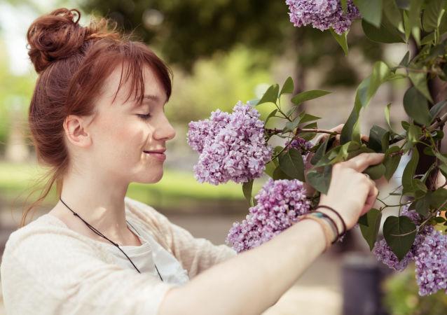 Dziewczyna wącha kwiaty