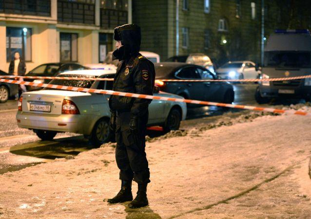 Policjant przed sklepem w Petersburgu, w którym doszło do zamachu