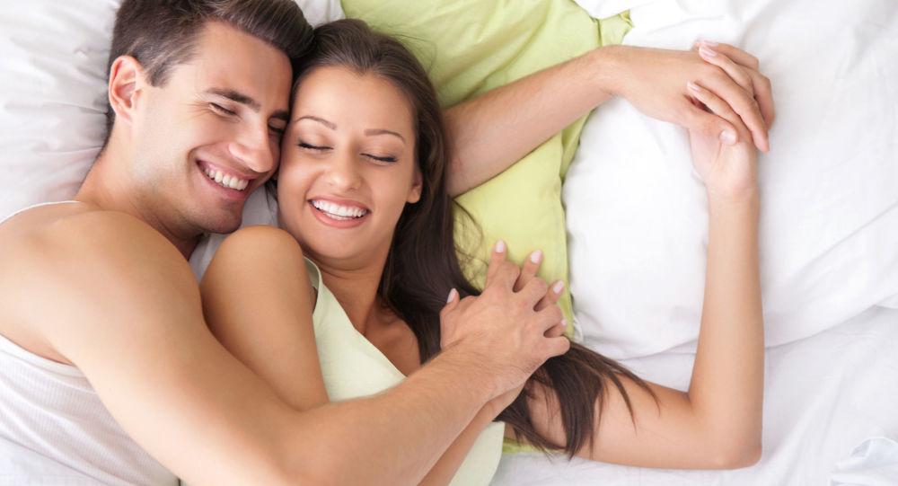 Zakochana para w sypialni