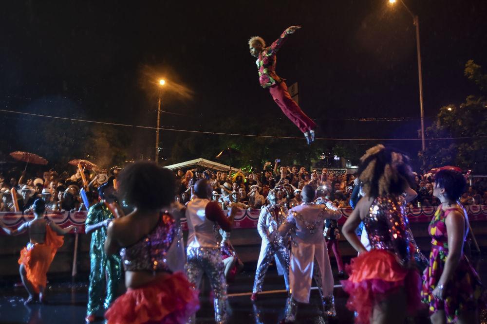 Ponad półtora tysiąca tancerzy z różnych szkół salsy przepląsało w tanecznych rytmach po głównych ulicach miasta.