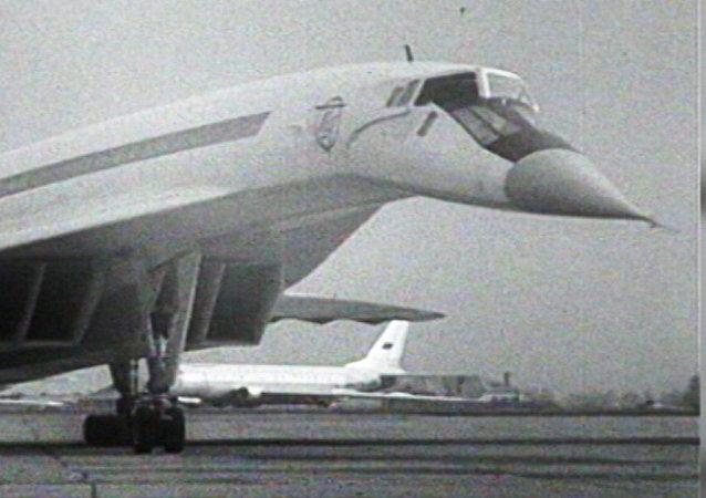 Pierwszy lot radzieckiego ponaddźwiękowego samolotu Tu-144