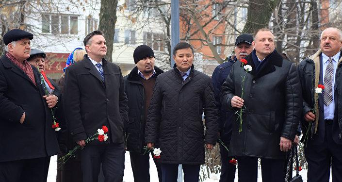 Przedstawiciele władz Federacji Rosyjskiej, społecznicy, aktywiści, żołnierze i my Polacy, wspólnie trzymamy biało-czerwone róże i składamy je na Pomnikach Braterstwa Broni
