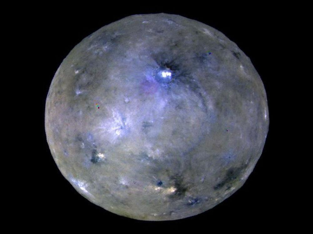 Planeta karłowata Ceres sfotografowana przez aparat Dawn.