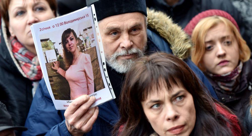Protestujący przed budynkiem Głównego Zarządu Policji Narodowej obwodu kijowskiego