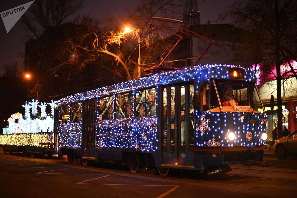 Z okazji świąt w centrum Moskwy uruchomiono dwa świąteczne tramwaje.
