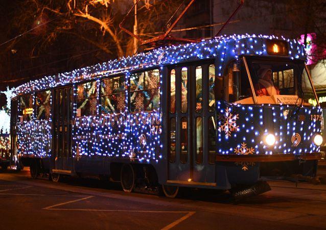 Świąteczny tramwaj w centrum Moskwy.