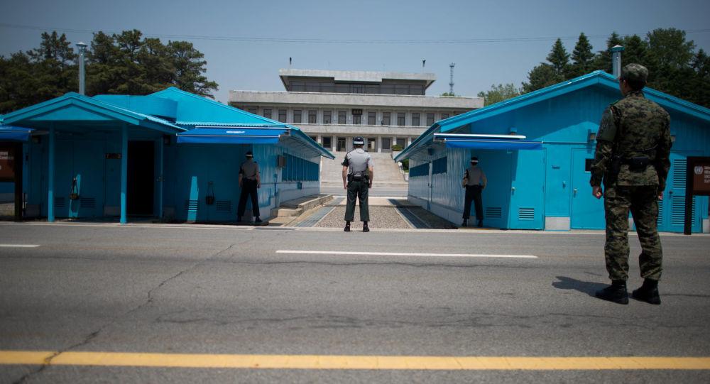 Południowokoreańscy żołnierze naprzeciw punktu negocjacyjnego Panmundżom w strefie zdemilitaryzowanej między Koreą Północną i Południową