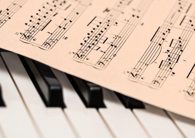 Nuty na klawiszach fortepianu