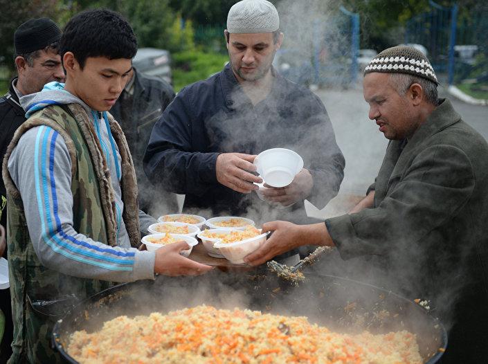 Płow to tradycyjna potrawa wschodnia, sporządzana z ryżu, warzyw, mięsa (najczęściej baraniny) oraz dużej ilości przypraw