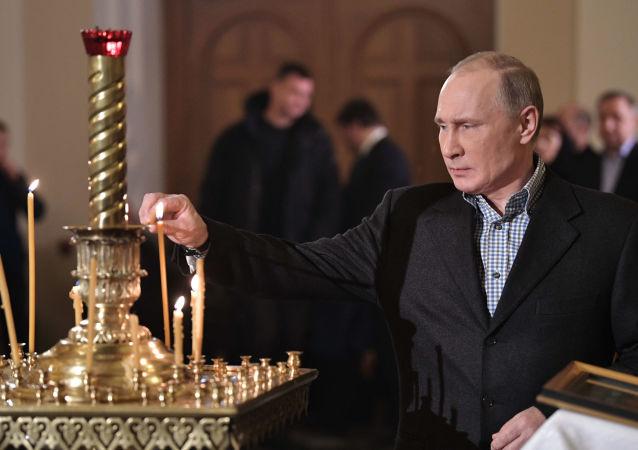 Prezydent Rosji Władimir Putin w cerkwi Starca Simeona i Anny Prorokini w Petersburgu