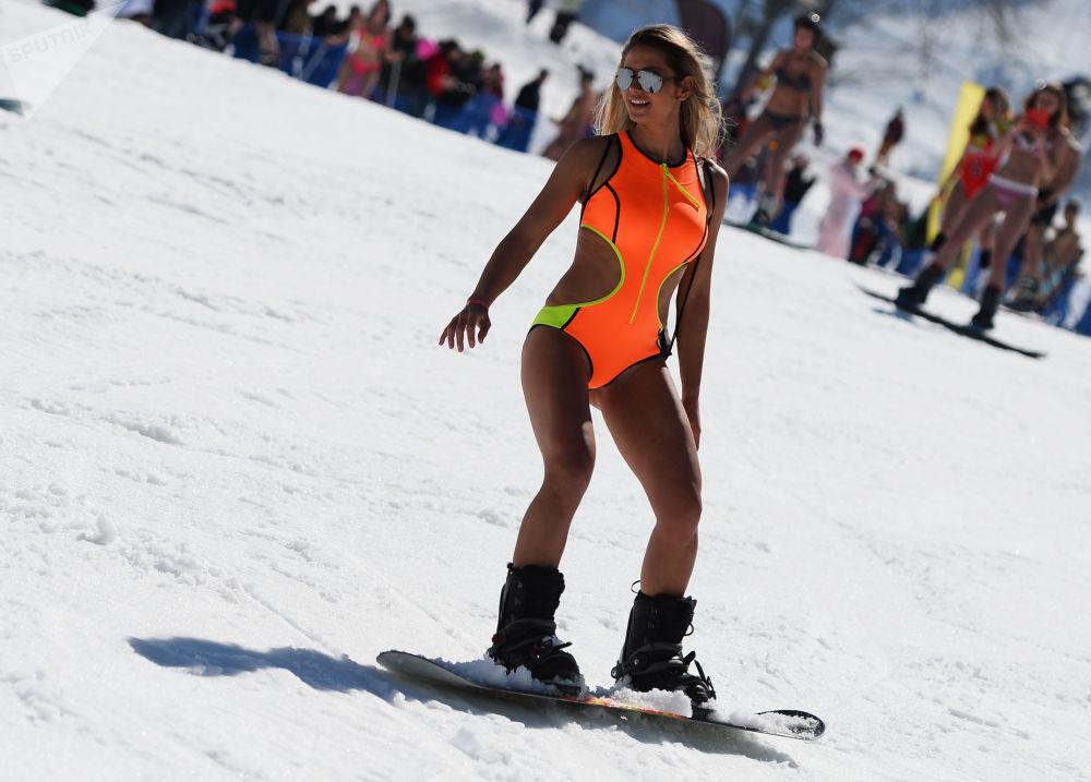 Uczestniczka festiwalu BoogelWoogel w ośrodku narciarskim Roza Chutor w Soczi